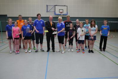 Foto zur Meldung: Volksbank spendet 500,-€ für die Badmintonjugend des TuS Elsdorf