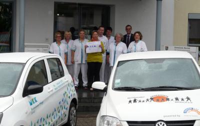 Unser Bild zeigt das Team um die stolze Pflegedienstleiterin Birgitt Roß (Bildmitte) mit Bürgermeister Carsten Ullrich vor dem Sinntaler Rathaus