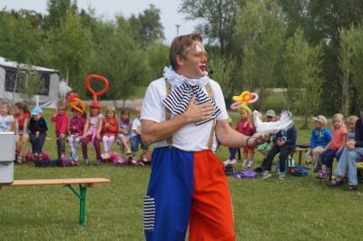 Foto zu Meldung: Clown Flori im Peenecamp