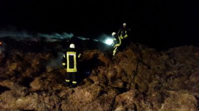 Foto zur Meldung: [Update] Brandbekämpfung - Brand eines Misthaufens