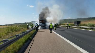 Foto zu Meldung: Brandbekämpfung - LKW Brand auf BAB 38