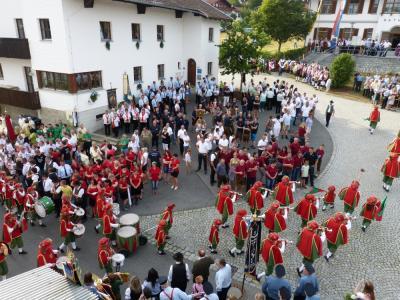 Foto zu Meldung: 900 Jahre Prackenbach – der Auftakt war überwältigend – Viel Lob über den herausgeputzten Ort