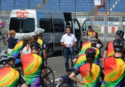 Foto zu Meldung: Etappenziel erreicht: Regenbogenfahrer machen Station auf dem Lausitzring