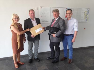 Foto zur Meldung: Bürgermeister übergibt Wittstocker Laga-Bewerbung