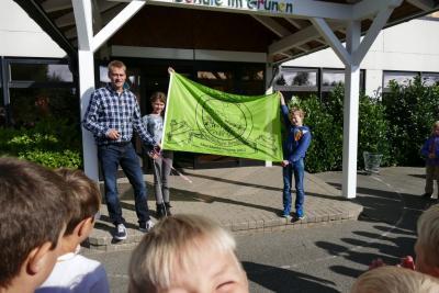 Foto zur Meldung: Einweihung der neuen Fahne - ein Geschenk des letzten Abschlussjahrgangs