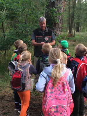 Foto zur Meldung: Waldwanderung mit dem Förster Herrn Aschenkampff
