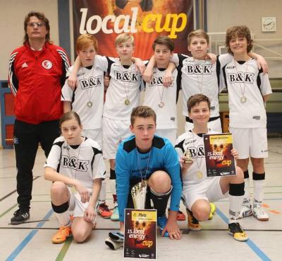 Stolze D-Jugendkicker: Die Seelower Talente mit Roberto Will nach dem Turniersieg in Schwedt  © CAROLA VOIGT