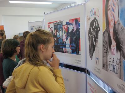 Foto zur Meldung: Bunt statt Blau: Die besten Plakate gegen Komasaufen in Falkensee