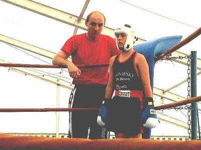 Aktiver Übungsleiter des Boxens - Bert Marsel - betreut den 11-jährigen Phillip Wozny