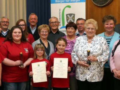Das Jugendrotkreuz sowie die Helfer der AWO-Kleiderkammer werden für ihren selbstlosen Einsatz mit dem Courage-Preis der Bürgerstiftung ausgezeichnet.