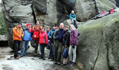 die 16 Frühjahrswanderer vor den Graatzer Höhlen