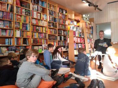 Foto zur Meldung: Besuch in der Buchhandlung