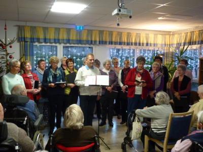 Foto zur Meldung: Weihnachtslieder singen im Altenheim in Friedewald