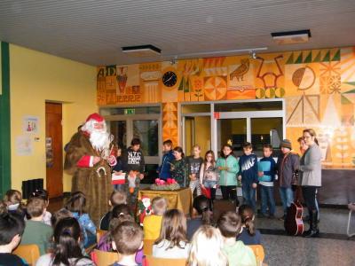 Foto zu Meldung: Nikolaus besucht die Schulkinder