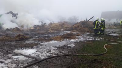 Foto zur Meldung: Nr.1/16 brennende Strohmiete