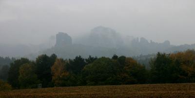 trübes Wetter aber auch interessante Ausblicke: Falkenstein und Schrammsteine vom Panoramaweg zwischen Altendorf und Bad Schandau