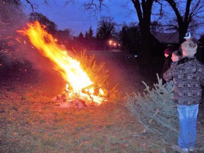 Foto zu Meldung: Treffen bei Sonnenschein zum Weihnachtsbaum verbrennen
