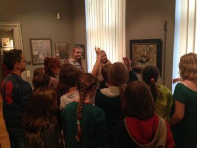 """Foto zur Meldung: Schüler des von Saldern-Gymnasiums führen Schüler durch die Kunstausstellung """"stattbekannt"""" und die Künstlermesse ART Brandenburg"""