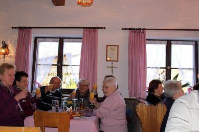 Foto zur Meldung: Senioren stießen nachträglich auf ein gutes neues Jahr an