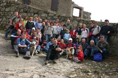 Gruppenfoto von 46 Frühjahrswanderern und 2 mitwandernden Hunden