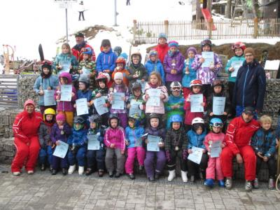 Foto zur Meldung: Kinder sausen den Skihang hinunter