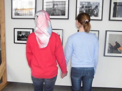 Foto zur Meldung: Ausstellungsbesuch im Rathaus: Unsere neuen Nachbarn