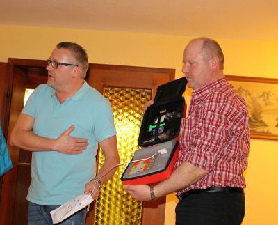 Foto zur Meldung: Zweite Einweisung in die Nutzung eines automatischen Defibrillators