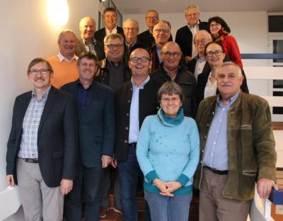 Die Bürgermeisterrunde mit 1. Vorsitzendem Wolfgang Zirngibl (hinten links), stv. Vorsitzendem Anton Piermeier (2.von links) und den Projekbegleitern vom Amt für Ländliche Entwicklung, LEADER-LAG sowie den Umsetzungsbüros landimpuls und MKS.