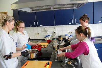 In der Lehrküche des UBV leitet Ausbilderin Anita Kersten die Schülerinnen Marie, Jasmin und Juliette (v. l.) beim Kochen einer Suppe an.  © MOZ/DIETMAR RIETZ