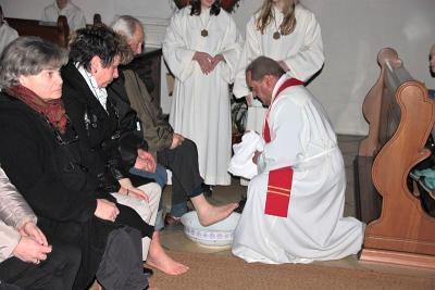 Foto zur Meldung: Fußwaschung zu Beginn der drei österlichen Tage – Entblößung des Altars, als Zeichen der Trauer
