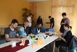 Berufsorientierung: Schüler der Schwedter Schlossparkschule lernen die Möglichkeiten des Angermünder Bildungswerkes kennen, mit dem es eine enge Kooperation gibt. Im Bereich Gastronomie üben sie auch, wie man Servietten für eine festliche Tafel faltet.