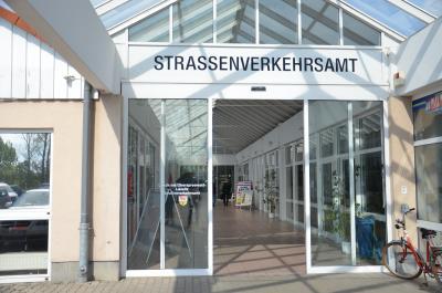 Foto zu Meldung: Vom Stadtrand ins Zentrum: Umzug des Straßenverkehrsamtes OSL in freie Räumlichkeiten der Sparkasse Niederlausitz besiegelt