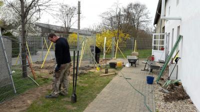 Foto zu Meldung: Neuer Zaun für die Feuerwehr!
