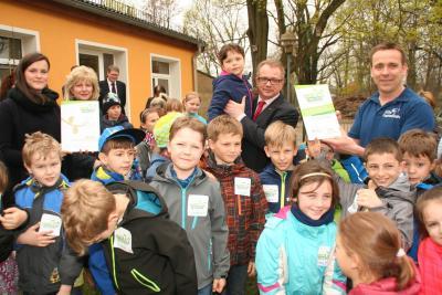 Maik Bethke von I´der IHK übergab das Zertifikat an Kinder und Erzieher. (Foto: K. Möbes)