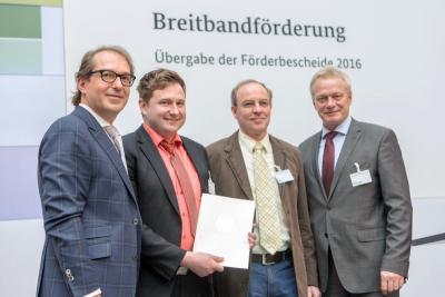 Foto zu Meldung: Bundesminister Alexander Dobrindt überreicht Förderbescheide für schnelles Internet