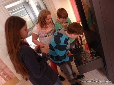 Foto zu Meldung: Zum Unterricht ins Herbst'sche Haus Bibliotheks-und Museumsbesuch in Wusterhausen/Dosse