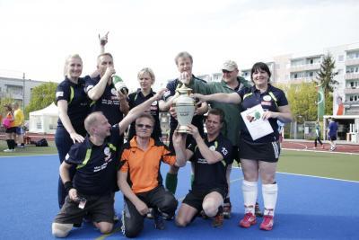Foto zur Meldung: Die Schlossgeister holen den Pokal beim 8. Gloriosa Cup in Erfurt