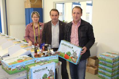 v.l. Bianka Kallnischkies (Lebenshilfe), Wolfgang Köhler Kreisbauernverband Börde und Wolfgang Zahn, AMG beim Kistepacken