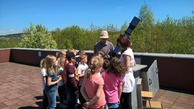Kinder des Kinderhauses Flohkiste beobachten den Merkurtransit