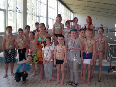 Foto zur Meldung: Medaillen für kleine Schwimmerinnen und Schwimmer der Carl-Anwandter-Grundschule