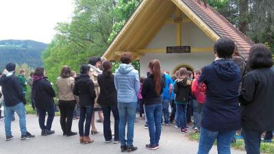 Foto zur Meldung: Firm- und Erstkommunionkinder feierten Maiandacht bei der Höferer-Kapelle