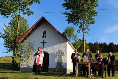 Foto zur Meldung: Über 100 Marienverehrer feierten Maiandacht am Bartlberg