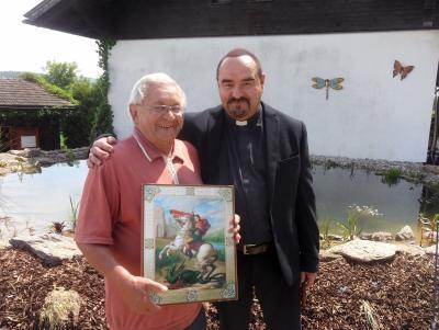 Foto zur Meldung: Pfarrer Josef Drexler gratuliert Franz Mothes nachträglich zu 70. Geburtstag