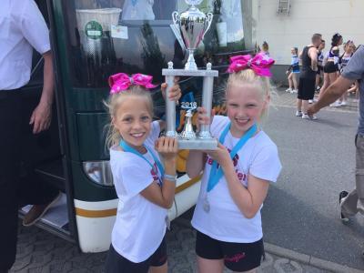 Foto zur Meldung: SVS-Schmetterlinge bringen ihren ersten Pokal nach Hause