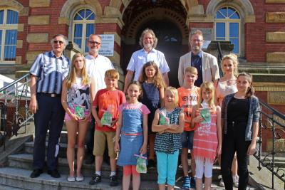 Foto zur Meldung: Bürgermeister ehrt Kunstarbeiten von Calauer Schülern