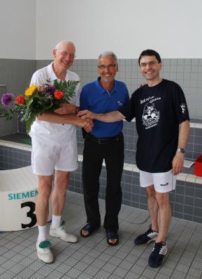 Horst Dorn bei der Auszeichnung durch Christian Wiesner (Vizepräsident OKSB) und Ringolf Herzog (Vorsitzender SV Lok)