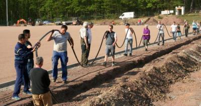 Foto: C.Kahl   Zahlreiche Mitglieder aller Altersklassen waren für den Heimatverein aktiv, um die Stromversorgung im Märchenwald zu optimieren
