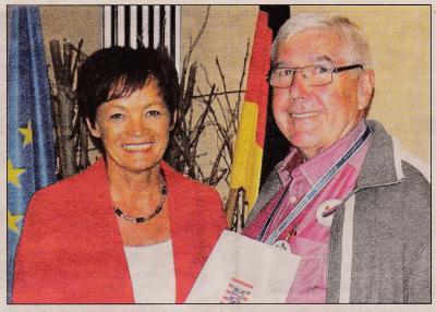 Ministerin Lucia Puttrich überreichte dem stellvertretenden Vorsitzenden Reinhold Land-mann einen Scheck mit beachtlichem Betrag für die weitere Vereinsarbeit.