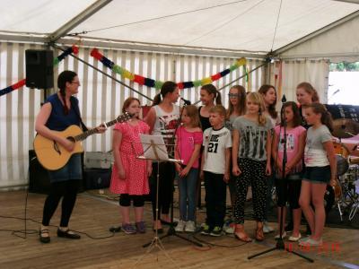 Foto zu Meldung: Senioren feiern und der Chor der Grundschule singt!