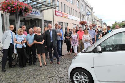 Vorschaubild zur Meldung: Übergabe eines Info-Terminals und eines E-Smarts an die Stadt Fürstenwalde
